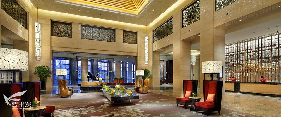 保利皇冠假日酒店,成都自由行酒店位于成都保利公园198生态社区中心,与保利拉斐国际体育运动公园以及两千亩音乐主题公园相邻,接壤成都大熊猫繁育基地。驱车30分钟即达天府广场,距成都火车东站及北站仅20分钟,距离成都双流国际机场45分钟车程。酒店拥有宽敞舒适的客房,三间风格迥异的餐厅,荟萃全球美食。更有大堂酒廊、贵宾酒廊及户外无边际阳光泳池等设施。